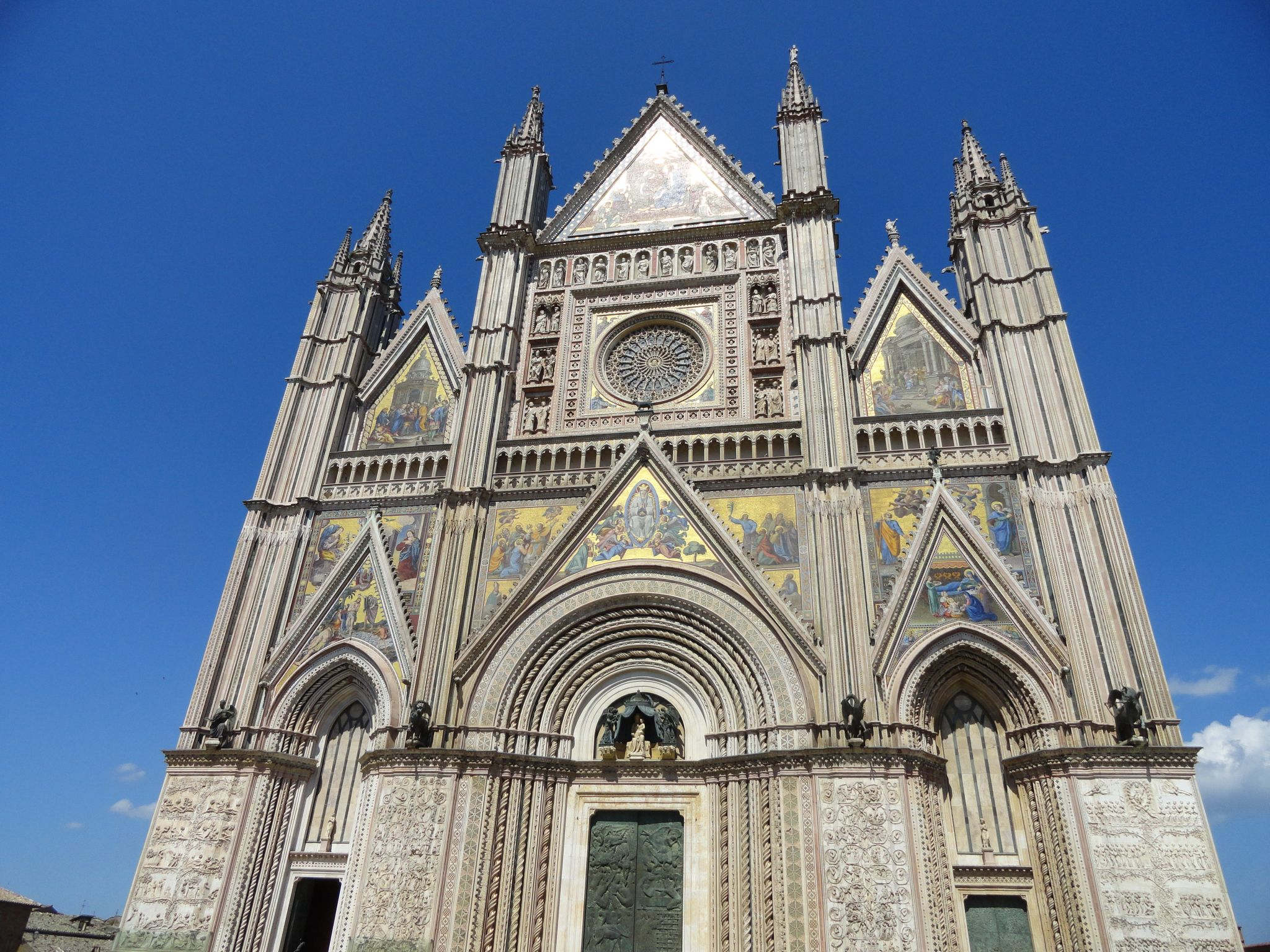 Orvieto is an easy day trip from Rome by train. Learn more about Orvieto and 9 othe amazing day trips from Rome by train!